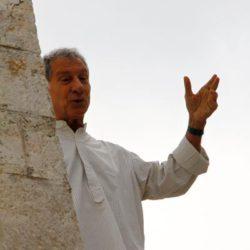 Brizio Montinaro recita dall'alto di un campanile