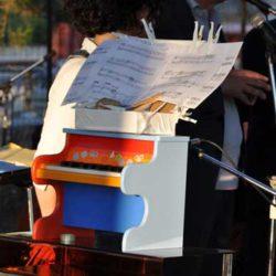 Il piano giocattolo usato per l'esecuzione di Toy Piano Pieces di John Cage