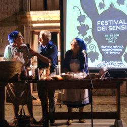 Le comari Grazia e Tonietta spiegano in che modo si prepara il calzone con cipolle nella loro contrada