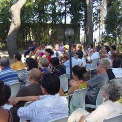 Il pubblico del Festival in ascolto all'ombra della pineta