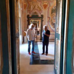 """Giampiero Mughini e Franco Toselli visitano la mostra """"Puglia 1900-1950. Lo sguardo del Touring Club Italiano"""""""